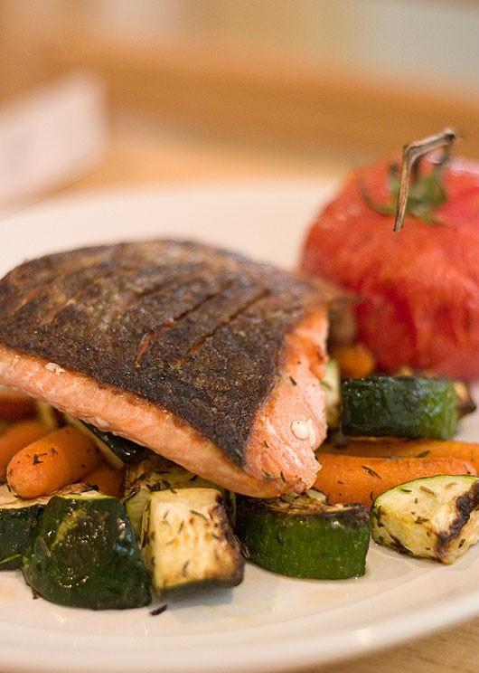 Pan-seared Salmon with Roasted Vegetables recipe https://organicgardeningeek.com
